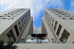 Sjukhuspatientbyggnad under blå himmel och vit fördunklar Royaltyfri Fotografi