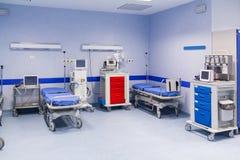Sjukhusrum med sängar Fotografering för Bildbyråer