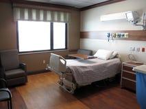 Sjukhusrum och säng Arkivbild