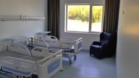 Sjukhussängar i en privat sjukhussal avvärjer med lager videofilmer