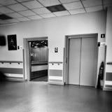Sjukhussymmetri Konstnärlig blick i svartvitt Fotografering för Bildbyråer