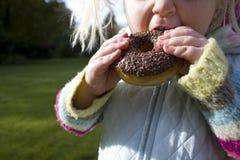 sjuklig snacking för barnchokladmunk Arkivfoton