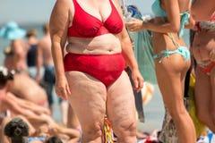 Sjukligt fet kvinna i baddräkt royaltyfria foton
