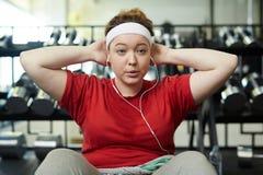 Sjukligt fet kvinna som gör driftig genomkörare för viktförlust till musik arkivbild
