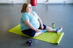 Sjukligt fet kvinna som vilar efter genomkörare fotografering för bildbyråer
