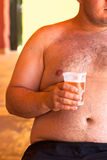 Sjukligt fet man med öl Royaltyfri Bild
