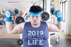 Sjukligt fet man med text av 2019 sunda liv royaltyfria bilder