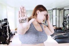 Sjukligt feta kvinnashower förlorar vikt förestående Royaltyfri Fotografi