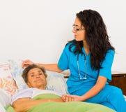 Sjuksköterska Caring för äldre patienter royaltyfri foto