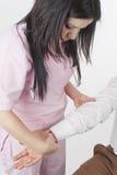 Sjuksköterska Check Pulse fotografering för bildbyråer