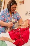 Sjuksköterska i Läkarundersökning-kirurgisk omsorgenhet Royaltyfri Bild