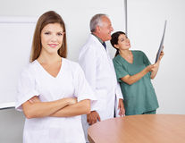 Sjuksköterska i lag i sjukhus Arkivfoton