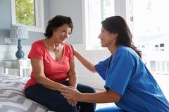 Sjuksköterska Making Home Visit till den höga latinamerikanska kvinnan Royaltyfri Foto