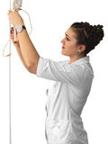 Sjuksköterska med en droppglass och en handfat Arkivbilder