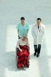 Sjuksköterska med patienten i rullstol royaltyfria bilder