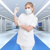 Sjuksköterska med skottet i ett sjukhus Royaltyfri Bild