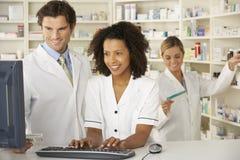Sjuksköterska och apotekare som arbetar i apotek royaltyfria foton