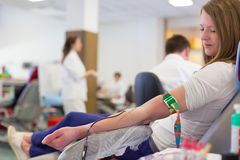 Sjuksköterska och blodgivare på donation Royaltyfri Fotografi