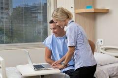 Sjuksköterska och tålmodig Royaltyfri Bild