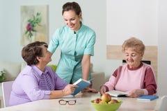 Sjuksköterska som arbetar i bostads- hem Arkivfoto