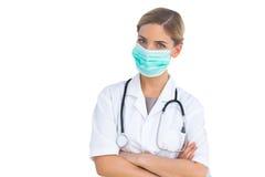 Sjuksköterska som bär den kirurgiska maskeringen arkivbilder