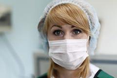 Sjuksköterska som bär en maskering arkivfoto