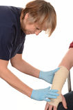 Sjuksköterska som förbinder en hand och en arm Royaltyfri Fotografi