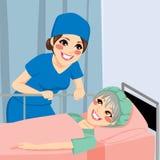 Sjuksköterska som talar till tålmodign Arkivbild