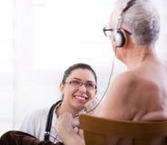 Sjuksköterska som tar omsorgod-gamala mannen Royaltyfria Foton
