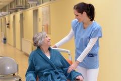 Sjuksköterska som tröstar den höga patienten royaltyfri fotografi