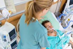 SjuksköterskaAdjustings Patients kudde arkivbilder