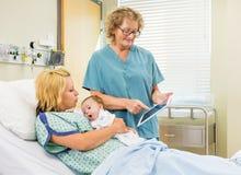SjuksköterskaExplaining Reports On Digital minnestavla till arkivfoto