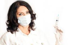 Sjuksköterskainnehavinjektionsspruta Arkivbild