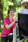 Sjuksköterskan att bry sig för en äldre kvinna Arkivfoton