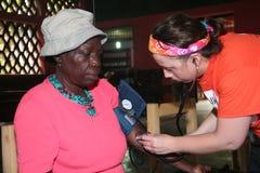 Sjuksköterskan att bry sig för haitier patient Royaltyfria Bilder
