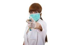 Sjuksköterskan ger injektionssprutan och gummi för blodprovtagning Royaltyfri Bild