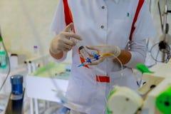 Sjuksköterskan ska injicera medicinen in i systemet Royaltyfria Foton