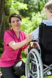 Sjuksköterskan spenderar tid med en äldre kvinna Royaltyfri Foto