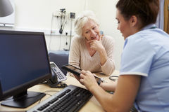 SjuksköterskaShowing Patient Test resultat på den Digital minnestavlan royaltyfri bild