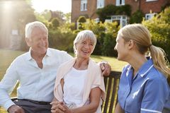 SjuksköterskaTalking To Senior par i hem för bostads- omsorg royaltyfria bilder