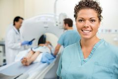 SjuksköterskaWith Colleague And doktor Preparing Patient arkivfoton