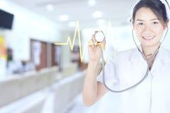 Sjuksköterskor kontrollerar hjärtslagljudet med stetoscope Royaltyfria Foton