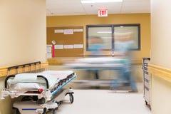 Sjuksköterskor som går i sjukhuskorridor royaltyfri fotografi