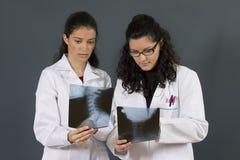 sjuksköterskor två barn Royaltyfria Foton