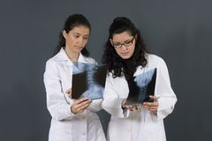 sjuksköterskor två barn Arkivfoton