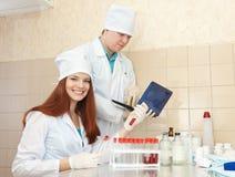 Sjuksköterska- och mandoktor i kliniklabb Royaltyfri Foto
