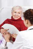 Sjuksköterska som tar omsorg av patienten Arkivfoton