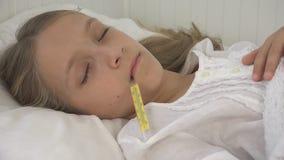Sjukt barn i säng, dåligt unge med termometern, flicka i sjukhuset, pillermedicin arkivbilder