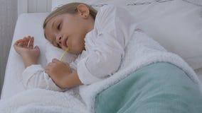 Sjukt barn i säng, dåligt unge med termometern, flicka i sjukhuset, pillermedicin royaltyfri fotografi