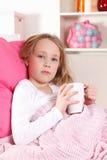 Sjukt barn i sängen arkivbilder